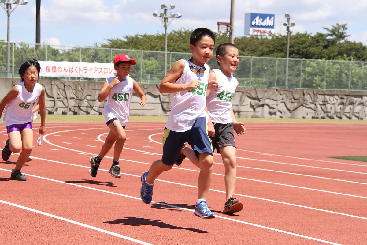 わんぱくトライアスロンを走る子供たち
